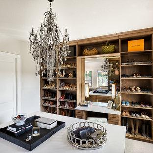 Modelo de vestidor unisex, campestre, grande, con armarios abiertos, puertas de armario de madera oscura, moqueta y suelo beige