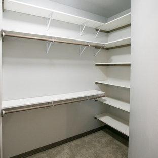 Diseño de armario vestidor unisex, rústico, extra grande, con puertas de armario blancas y moqueta
