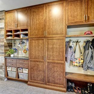 Imagen de armario y vestidor unisex, rústico, de tamaño medio, con armarios estilo shaker, puertas de armario de madera oscura, suelo de baldosas de porcelana y suelo gris