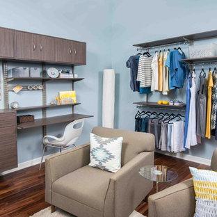 Modelo de armario vestidor de mujer, contemporáneo, extra grande, con armarios con paneles lisos, puertas de armario grises y suelo de linóleo