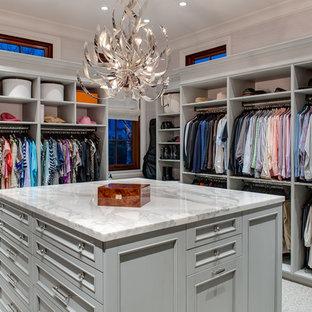 Ejemplo de armario vestidor unisex, clásico renovado, grande, con puertas de armario grises, moqueta, armarios abiertos y suelo gris