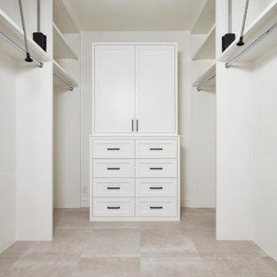Modelo de armario vestidor unisex y abovedado, contemporáneo, grande, con armarios con paneles empotrados, puertas de armario blancas, suelo de baldosas de cerámica y suelo beige