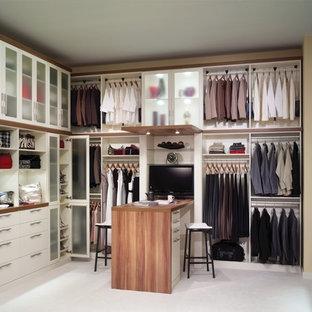 Cette image montre un grand dressing design neutre avec un placard à porte plane, des portes de placard blanches, moquette et un sol blanc.