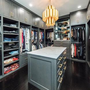 Großer, Neutraler Klassischer Begehbarer Kleiderschrank mit grauen Schränken, dunklem Holzboden, braunem Boden und Schrankfronten im Shaker-Stil in Dallas