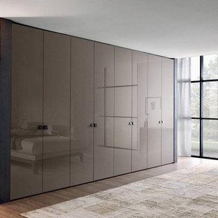 Idee per un grande armadio o armadio a muro unisex design con ante lisce, ante marroni, pavimento in legno massello medio e pavimento marrone
