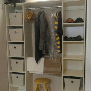 Esempio di una cabina armadio unisex design di medie dimensioni con ante bianche e pavimento con piastrelle in ceramica