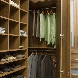 Idée de décoration pour un dressing et rangement minimaliste.