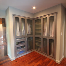 Modern Closet by Liquid Design