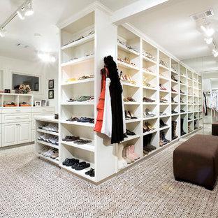 Immagine di uno spazio per vestirsi chic con moquette