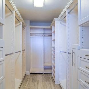 Foto de armario vestidor unisex, marinero, pequeño, con puertas de armario blancas, suelo de madera clara y armarios con paneles empotrados
