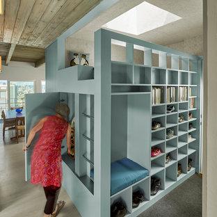 Esempio di una cabina armadio design con nessun'anta, ante blu e pavimento grigio