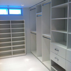 Contemporary Closet by CLOSETS SPAZIO SUYAI LLC