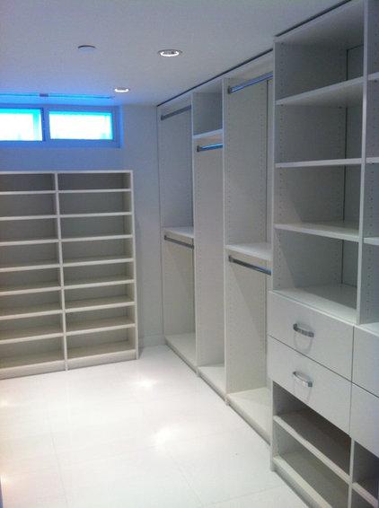 Contemporary Closet by CLOSETS SPAZIO SUYAI LLC