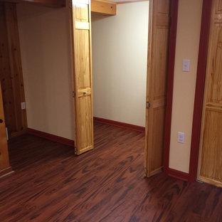 Mittelgroßer, Neutraler Klassischer Begehbarer Kleiderschrank mit flächenbündigen Schrankfronten, hellen Holzschränken und Vinylboden in Sonstige
