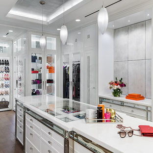 Foto de vestidor de mujer, clásico renovado, con armarios tipo vitrina, puertas de armario blancas y suelo marrón