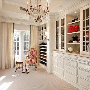 Ejemplo de vestidor de mujer, clásico, con armarios con paneles empotrados, puertas de armario beige, moqueta y suelo beige