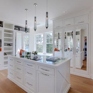 Ejemplo de vestidor de mujer, marinero, grande, con puertas de armario blancas, suelo de madera clara, suelo beige y armarios estilo shaker