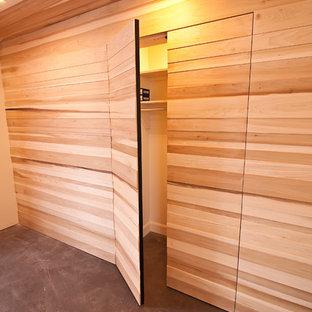 Immagine di un armadio o armadio a muro unisex minimalista di medie dimensioni con pavimento in cemento e pavimento grigio