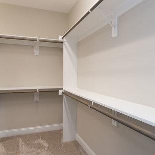 Inspiration för stora klassiska walk-in-closets för könsneutrala, med öppna hyllor, vita skåp, heltäckningsmatta och beiget golv