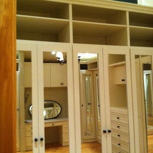 Foto de armario vestidor unisex, mediterráneo, grande, con armarios estilo shaker, puertas de armario blancas y suelo de madera en tonos medios