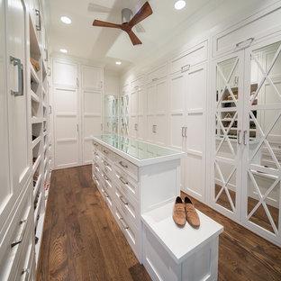 アトランタの男女兼用トランジショナルスタイルのおしゃれなウォークインクローゼット (シェーカースタイル扉のキャビネット、白いキャビネット、濃色無垢フローリング、茶色い床) の写真