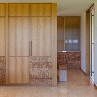 Modernes Ankleidezimmer mit Keramikboden und hellbraunen Holzschränken in Chicago