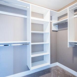 Imagen de armario vestidor unisex, de estilo americano, de tamaño medio, con armarios abiertos, puertas de armario blancas y moqueta