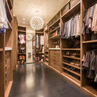 Esempio di un grande spazio per vestirsi unisex moderno con ante lisce, ante in legno chiaro e parquet scuro