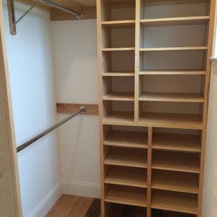 Idee per una piccola cabina armadio unisex stile americano con nessun'anta, ante in legno chiaro, pavimento in legno massello medio e pavimento marrone