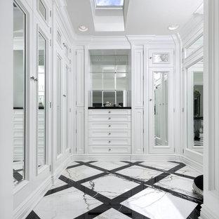 Idee per uno spazio per vestirsi unisex chic con ante con riquadro incassato, ante bianche e pavimento multicolore