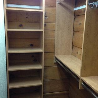 Foto de armario vestidor unisex, rural, de tamaño medio, con puertas de armario de madera oscura, armarios abiertos y moqueta