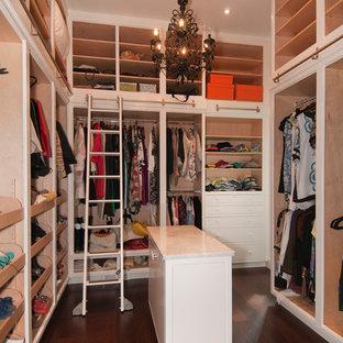Moderner Begehbarer Kleiderschrank mit offenen Schränken und dunklem Holzboden in Charleston