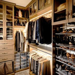 Foto de armario vestidor de mujer, clásico renovado, con armarios tipo vitrina, moqueta, suelo gris y puertas de armario de madera en tonos medios