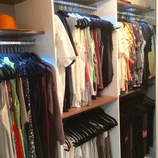 Foto de armario vestidor unisex, vintage, de tamaño medio, con armarios con paneles con relieve, puertas de armario blancas y suelo de madera en tonos medios
