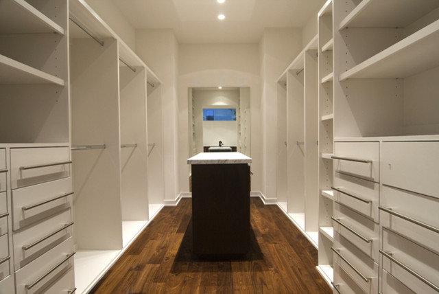 Modern Closet by Croix Custom Homes
