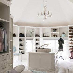 Foto de vestidor unisex, tradicional renovado, grande, con armarios abiertos, puertas de armario blancas, moqueta y suelo beige