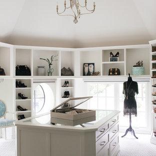 Foto de armario vestidor de mujer, clásico renovado, grande, con armarios abiertos, puertas de armario blancas, moqueta y suelo multicolor