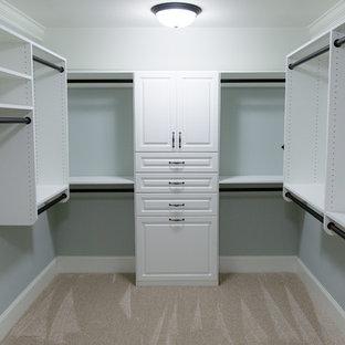 Foto de armario vestidor de mujer, clásico, de tamaño medio, con armarios con paneles con relieve, puertas de armario blancas y moqueta