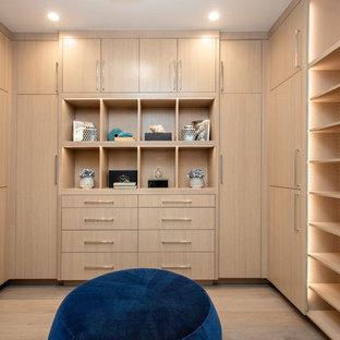 Modelo de vestidor unisex, marinero, grande, con armarios con paneles lisos, puertas de armario de madera clara, suelo de madera clara y suelo beige