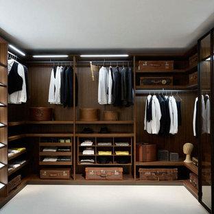 Modelo de armario vestidor moderno, grande, con armarios abiertos, puertas de armario de madera en tonos medios, moqueta y suelo blanco