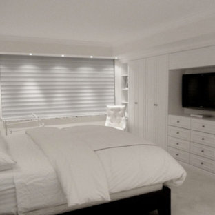 Inspiration pour une armoire encastrée traditionnelle neutre avec un placard avec porte à panneau encastré.
