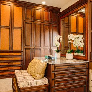Modelo de armario y vestidor clásico, extra grande, con armarios con paneles con relieve, puertas de armario de madera oscura, suelo de mármol y suelo blanco