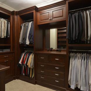 Ejemplo de armario vestidor de hombre, clásico, de tamaño medio, con armarios con paneles con relieve, puertas de armario de madera en tonos medios, moqueta y suelo beige
