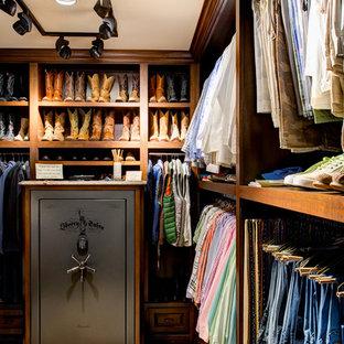 Ejemplo de armario vestidor de hombre, tradicional, grande, con armarios abiertos, puertas de armario de madera oscura y suelo de mármol