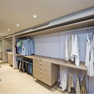 Ispirazione per una grande cabina armadio unisex contemporanea con ante lisce, ante in legno chiaro e pavimento in marmo