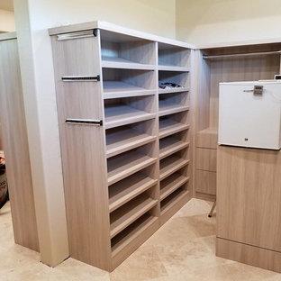 Diseño de vestidor de hombre, minimalista, grande, con armarios con paneles lisos, puertas de armario beige, suelo de travertino y suelo beige