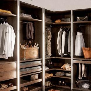 Modern inredning av ett stort omklädningsrum för könsneutrala, med öppna hyllor, bruna skåp, mörkt trägolv och brunt golv