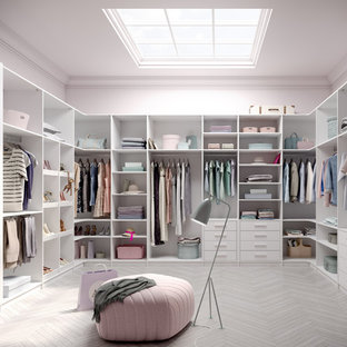 Großer, Neutraler Moderner Begehbarer Kleiderschrank mit offenen Schränken, weißen Schränken, Porzellan-Bodenfliesen und grauem Boden in Boston