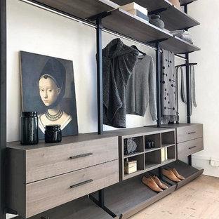 Idéer för att renovera ett stort funkis omklädningsrum för könsneutrala, med öppna hyllor, bruna skåp, ljust trägolv och beiget golv