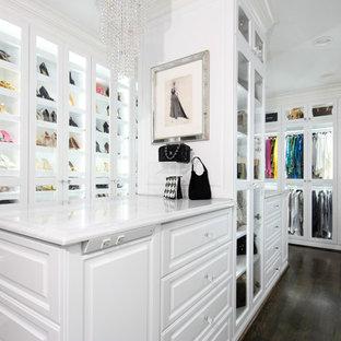 Idee per uno spazio per vestirsi per donna tradizionale con ante di vetro, ante bianche, parquet scuro e pavimento marrone